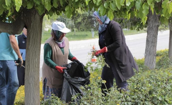 Beypazarı Belediye Başkanı Kaplan refüjde temizlik yaptı