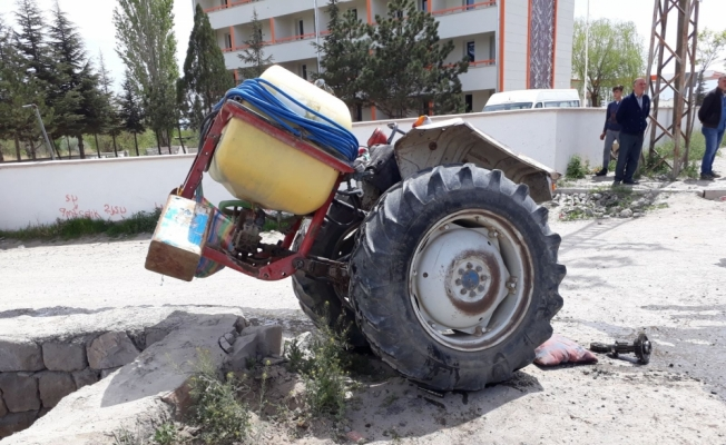 Kayseri'de otomobil ile traktör çarpıştı: 2 yaralı