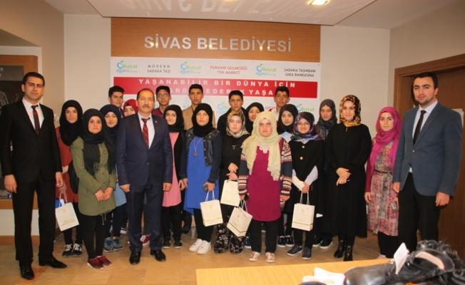Öğrenciler Gıda Bankasını gezdi