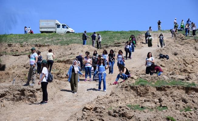 Üniversiteliler çam fidanlarını toprakla buluşturdu
