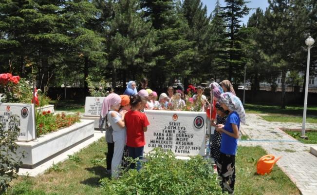 Kur'an kursu öğrencilerinden şehitlik ziyareti