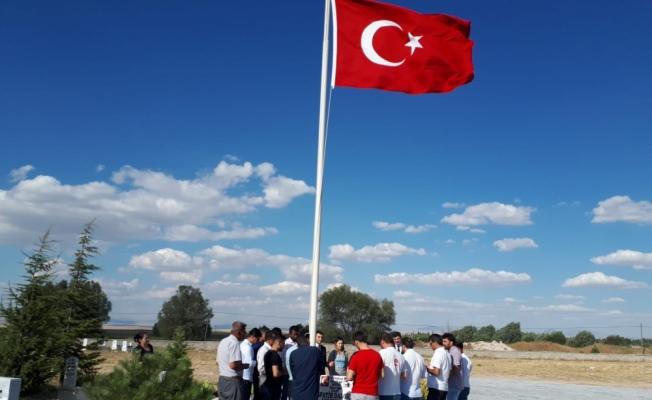 Yabancı öğrenciler 15 Temmuz şehidini kabri başında andı