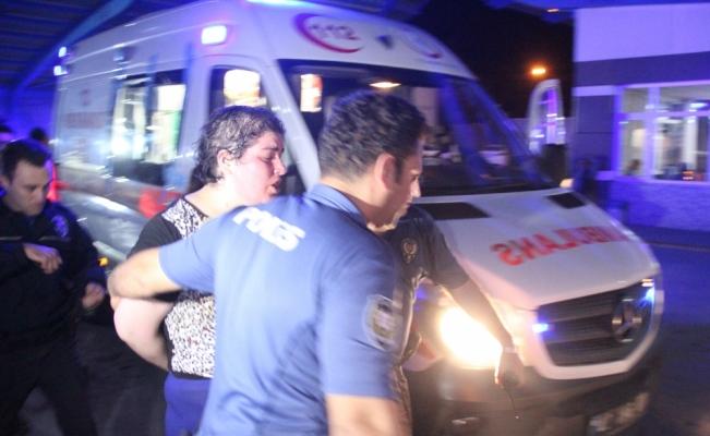 Annesini bıçakla yaralayıp kendini eve kilitledi