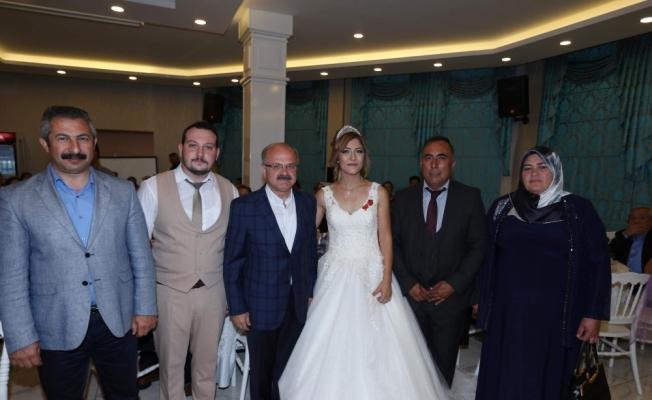Vali Çakacak şehit kardeşinin düğününe katıldı