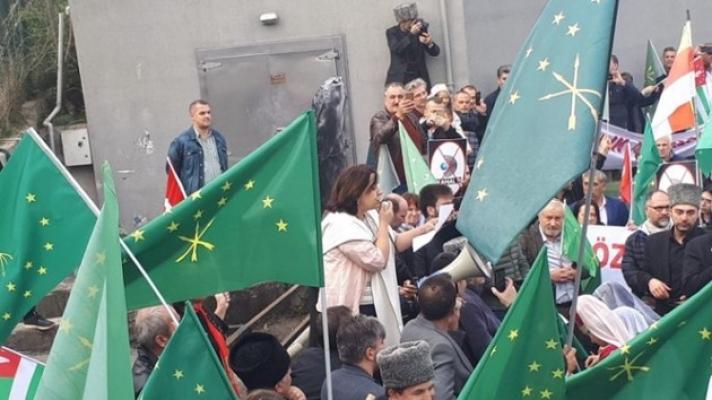 Çerkeslerden Kanal D önünde protesto