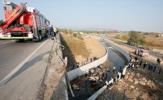 İzmir'de düzensiz göçmenleri taşıyan kamyon devrildi: 22 ölü
