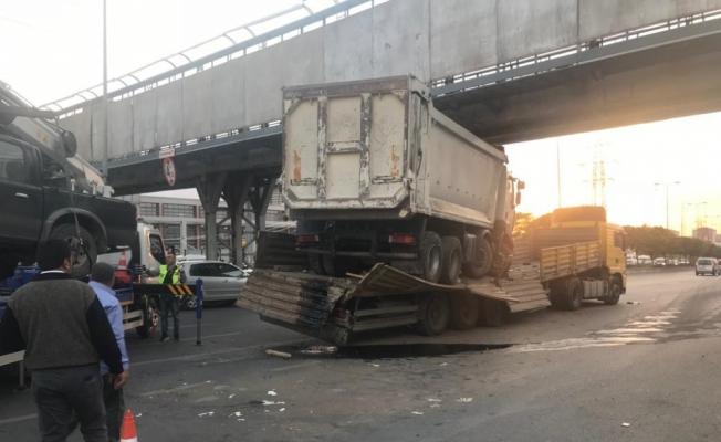 Kamyon ve kamyonet yüklü tır üst geçide çarptı