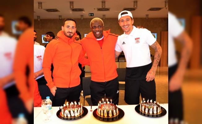 Sivasspor'da 3 futbolcuya sürpriz doğum günü kutlaması