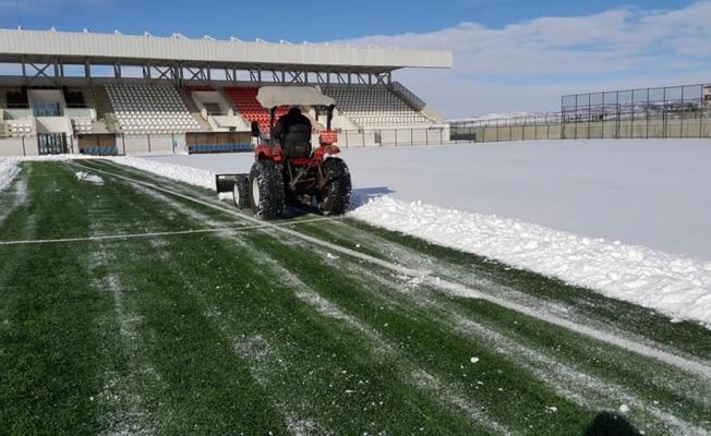 Sorgun stadyumunda kar temizliği