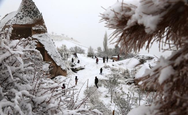 Turistlerin Kapadokya'da kartopu keyfi