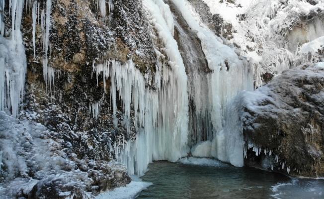Buz tutan Girlevik Şelalesi görsel şölen sunuyor