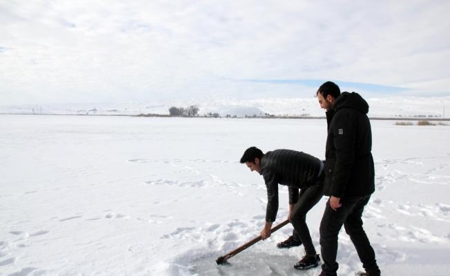 Hafik Gölü'nde buz kalınlığı 13 santimetre