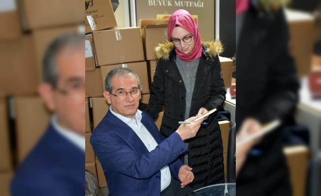 Ali Sali okurları için kitaplarını imzaladı