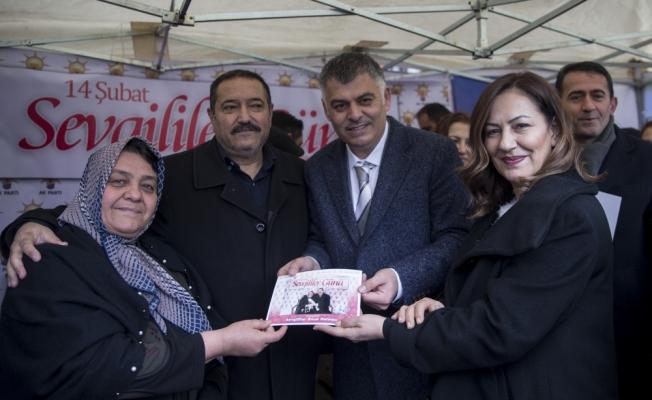 Amber Türkmen vatandaşlara gül hediye etti