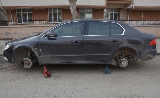 Karaman'da park halindeki araçların lastikleri kesildi