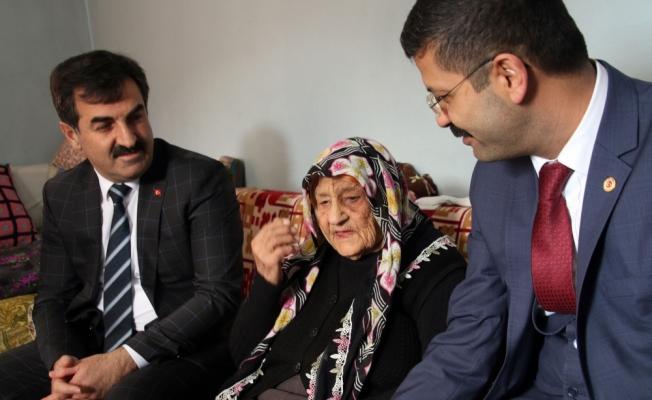 Kaymakam Pektaş'tan 100 yaşındaki Emine nineye ziyaret