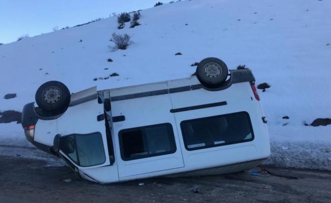 Sivas'ta minibüs devrildi: 16 yaralı