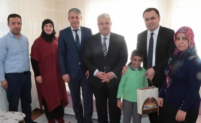 Vali Çakır, evde eğitim gören Muhammet Enes Köse'yi ziyaret etti