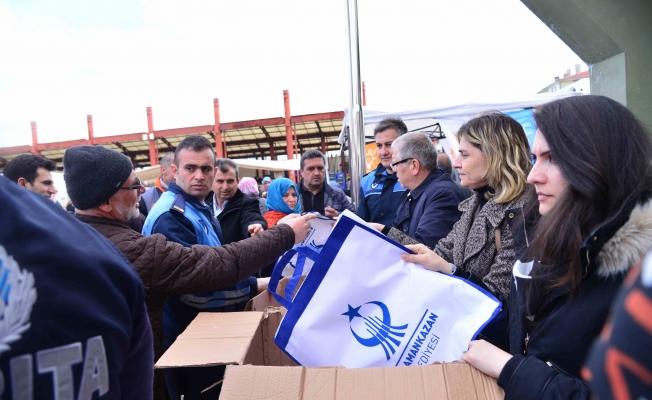 Vatandaşlara çevreci bez torba dağıtıldı
