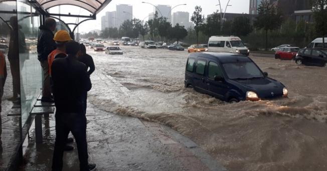 Başkent'te sağanak yağış yolları göle çevirdi