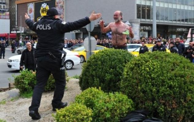 Ankara Kızılay meydanında kendini yakmaya çalıştı...