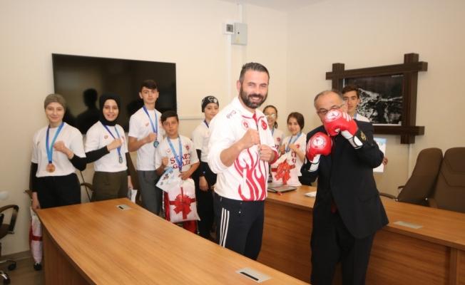 Başkan Bayındır şampiyon sporcuları ödüllendirdi