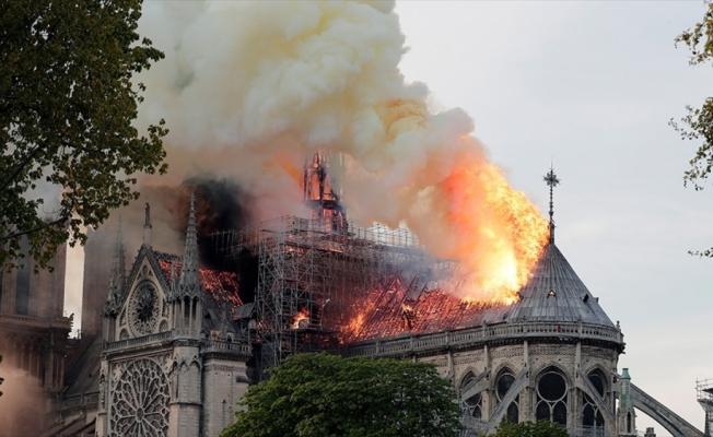 Fransa'nın sembolü Notre Dame alevlere teslim oldu