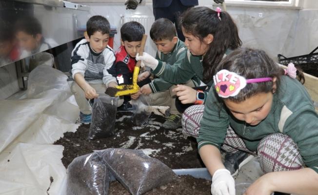 Öğrenciler gıda atıklarıyla solucan gübresi üretiyor