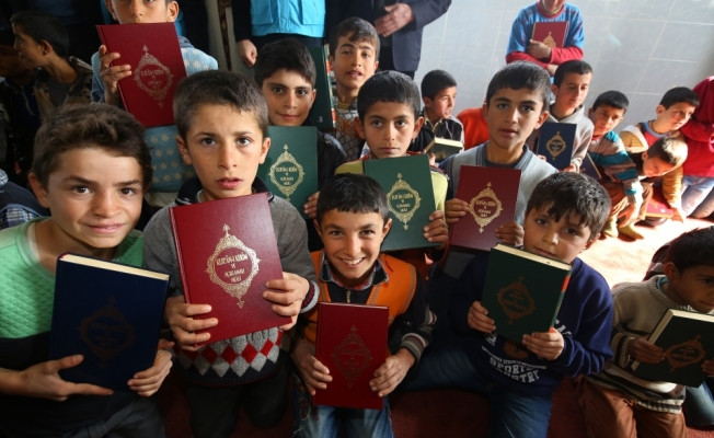 Üniversite öğrencilerinden Kur'an-ı Kerim bağışı için etkinlik