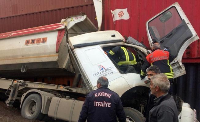 Yük trenindeki konteynere çarpan kamyonun sürücüsü yaralandı