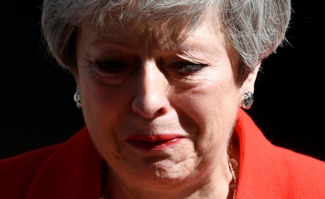 İngiltere Başbakanı ağlayarak istifasını açıkladı!