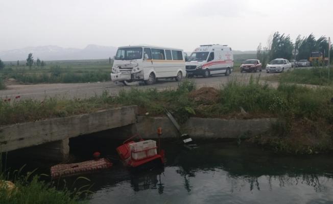 Öğrenci servisi ile traktör çarpıştı: 13 yaralı