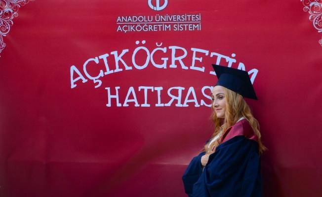 Anadolu Üniversitesinde mezuniyet sevinci