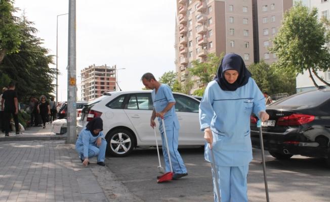 Sağlık çalışanları sokakları temizledi