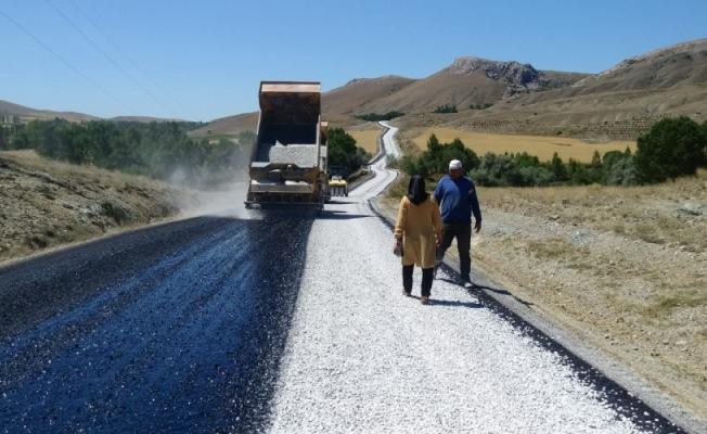 Ulaş'ta köy yollarının asfaltlama çalışmaları devam ediyor