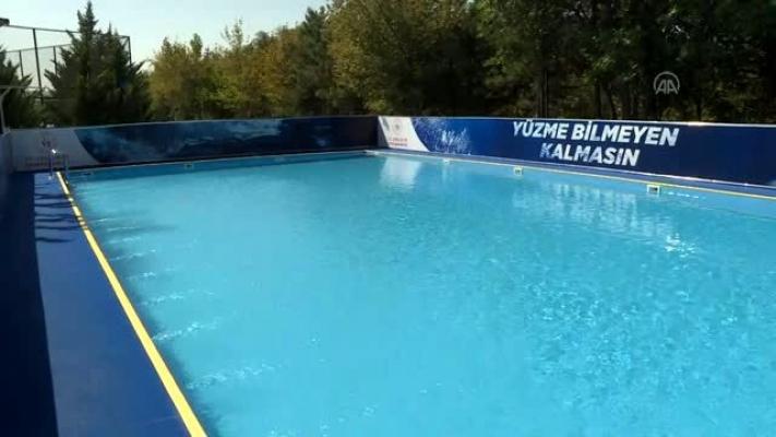Bakan Kasapoğlu, Ankara'da portatif yüzme havuzunda çocuklarla buluştu.