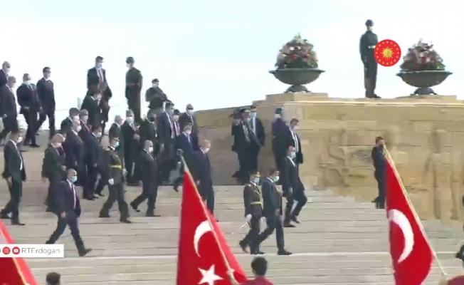 Cumhurbaşkanı Erdoğan'a Anıtkabir'de sevgi seli