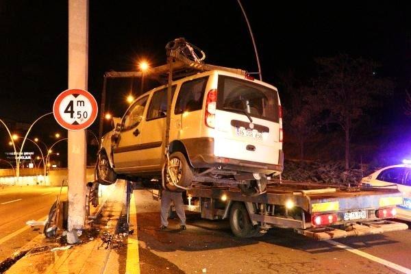 Hafif ticari araç yön levhası direğine çarptı: 1'i ağır, 4 yaralı