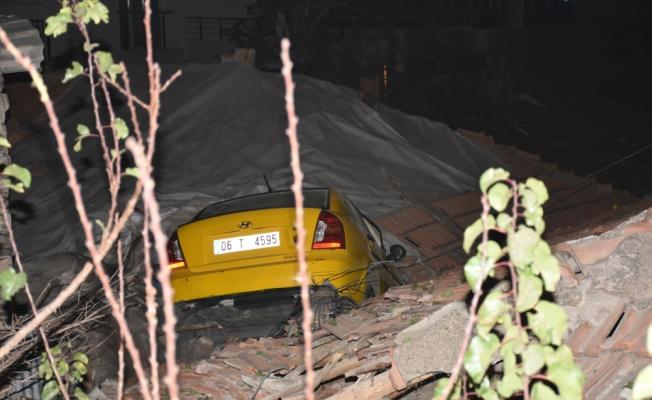 Başkentte taksi evin çatısına devrildi: 1 yaralı