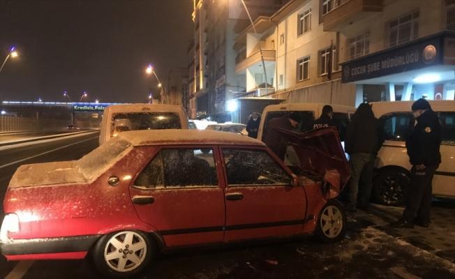 Kayseri'de kontrolden çıkan otomobil park halindeki 3 polis aracına çarptı