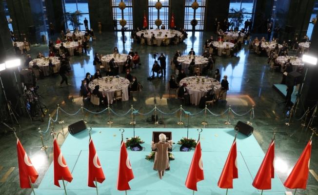Cumhurbaşkanı Erdoğan ve eşi Emine Erdoğan, sağlık çalışanı ve sosyal hizmet uzmanı kadınlarla bir araya geldi