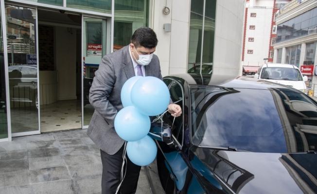 Belediye Başkanı Oğuz, otizmde dikkat çekmek için makam aracına mavi balon bağladı