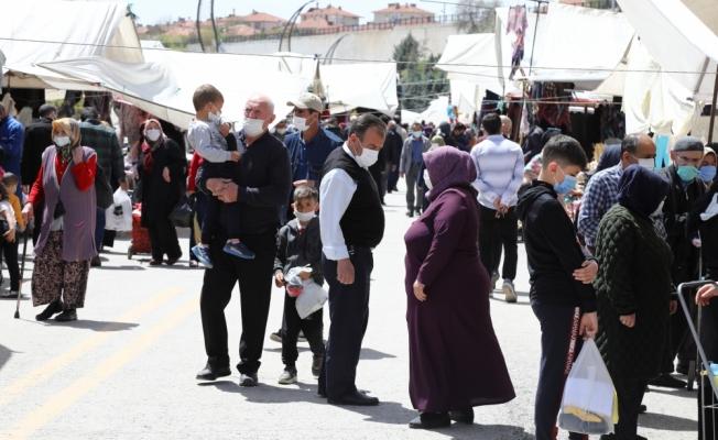 Çubuk Belediye Başkanı Baki Demirbaş esnafı ziyaret ederek salgın kurallarıyla ilgili uyarılarda bulundu