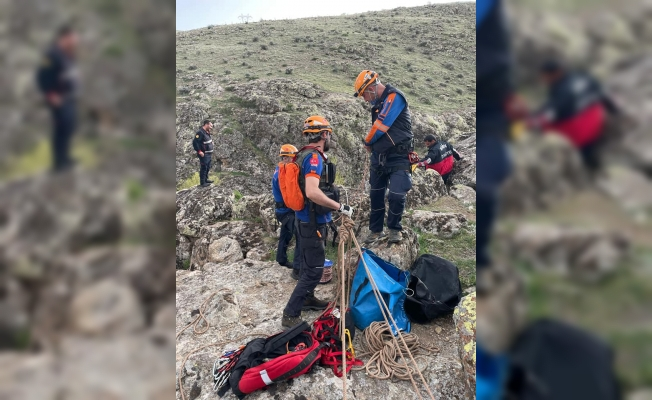 Kayalıklardan düşen koyununa ulaşmak isterken mahsur kalan kişi kurtarıldı