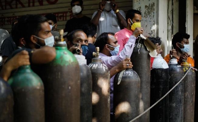Hindistan'da Kovid-19 vaka sayıları 4 gündür düşse de aşı ve oksijen sıkıntısı sürüyor