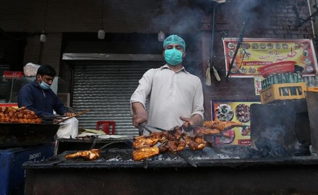 Pakistanlılar ramazan sofralarında geleneksel sokak yiyeceklerini tercih ediyor