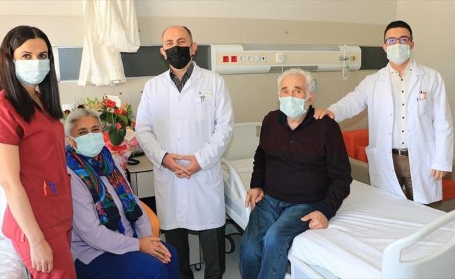 Yoğun bakımda dahi evlilik yıl dönümünü unutmayan Kovid-19 hastası hem sağlığına hem eşine kavuştu