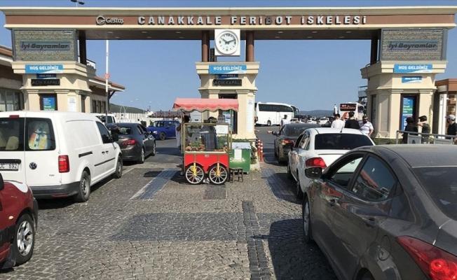 Çanakkale'deki feribot iskelelerinde tatilcilerin dönüş yoğunluğu erken başladı