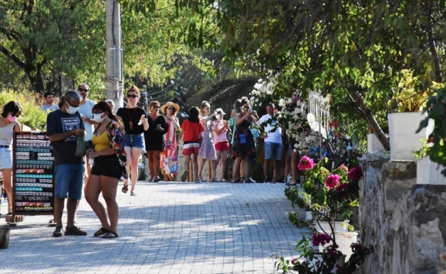 Ege ile Akdeniz'in buluştuğu Datça, bayramda nüfusunun dört katı turist ağırlıyor