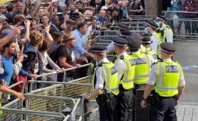 İngiltere'de aşı karşıtlarının protestosuna polis müdahalede bulundu